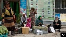 د چین په غربي سنکیانگ صوبه کې ١٠ لکه ترکن نسل ویغور مسلمانان اباد دي. دغه صوبه د پاکستان او مرکزي ایشیا سره سرحدونه لري