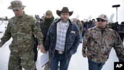 2016年1月4日占领西北部俄勒冈州野生动物保护区的组织领导人邦迪 (中)