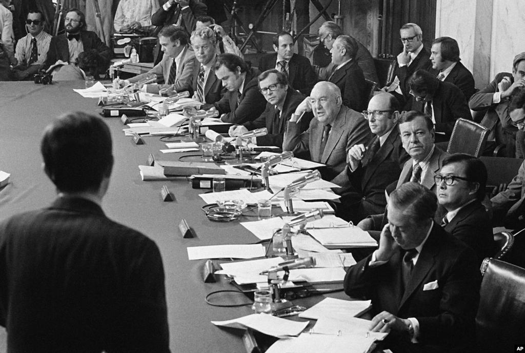 Сведочење на Роберт Одл пред членовите на сенатската истаржна комисија. 17-ти мај, 1973. . (AP Photo)