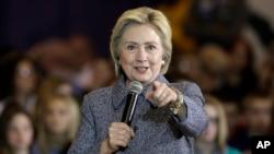 Hillary Clinton durante una sesión de preguntas y respuestas en la secundaria Keota, de Keota, Iowa. Dic. 22 de 2015.