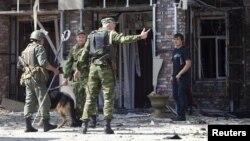 Des policiers russes après un attentat à Grozny, dans le Caucase, 31 août 2011.