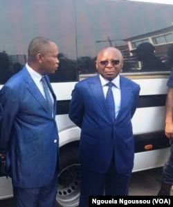 Le ministre de l'Intérieur Raymond Mboulou, discutant avec Ané Philippe Bibi, représentant de Ntumi, à Brazzaville, le 7 mars 2018. (VOA/Ngouela Ngoussou)