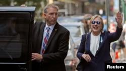 La candidate à la présidentielle Hillary Clinton quitte l'appartement de sa fille à New York, le 11 septembre 2016.