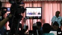 5月22日,泰国记者和外国媒体在曼谷陆军俱乐部观看泰国军方宣布政变的电视报道。