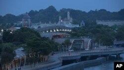 12일 미북정상회담이 열린 싱가포르 센토사 섬에서 보행자들이 산책로를 따라 걷고 있다.