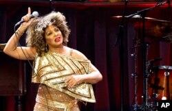 Tina Turner, saat tampil di panggung O2 Arena, London, 3 Maret 2009. (AP Photo/Kirsty Wigglesworth)