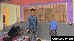 """画家胡嘉岷和他的壁画《时差》(""""自由刘晓波工作组""""推特账号)"""