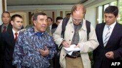 O'zbekiston Ichki ishlar vaziri Zokir Almatov chet ellik kuzatuvchilar bilan, Andijon, 2005-yil, 18-may