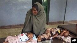 កុមារខ្វះអាហារូបត្ថម្ភ មកពីប្រទេសសូម៉ាលីខាងត្បូង សំរាកនៅលើគ្រែ នៅមន្ទីរពេទ្យបាន់ដារ នៅទីក្រុង ម៉ូហ្កាឌីស៊ូ (Mogadishu) ប្រទេសសូម៉ាលី នៅថ្ងៃទី ១ខែសីហា ឆ្នាំ២០១១។