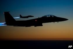 2014年9月23日美國空軍一對F-15E戰機飛越伊拉克北部