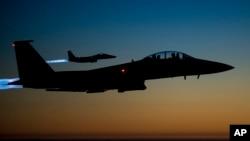 ARSIP – Sepasang pesawat tempur F-15E Strike Eagle milik AS terbang melintasi Irak utara dalam foto yang dirilis AU AS dan diambil tanggal 23 September 2014, setelah melakukan serangan udara di Suriah (foto: AP Photo/U.S. Air Force, Matthew Bruch)