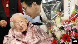Misao Okawa, insan tertua dunia oleh Guinness World Records tahun 2013, menerima ucapan selamat dari Walikota Ward, Takehiro Ogura, dalam perayaaan hari ulang tahunnya yang ke-117 di sebuah panti lansia di Osaka, Jepang (4/3).