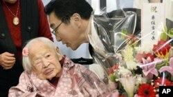 Misao Okawa diberi ucapan selamat oleh kepala rumah jompo di Osaka, sehari sebelum ulangtahunnya pada 5 Maret 2015. (AP/Kyodo News)
