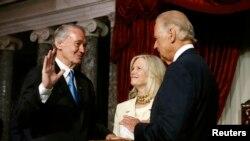 El vicepresidente Joe Biden toma juramento al nuevo senador de Masachusetts, Ed Markey. La biblia la sostiene Susan Blumenthal,esposa de Markey.