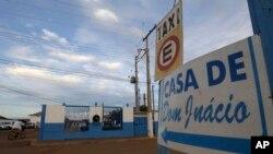 """Esta imagen muestra un letrero con una flecha azul que apunta a la """"casa espiritual"""" Casa Dom Inacio, en Abadiania, Brasil."""