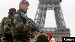 Efectivos franceses aumentaron la seguridad en sitios turísticos franceses tras ataque a publicación satírica.