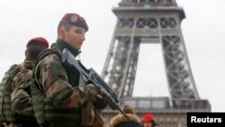 ទាហានបារាំងដើរត្បាតនៅក្បែរកំពែង Eiffel នៅក្នុងទីក្រុងប៉ារីសដែលនេះជាផ្នែកមួយនៃផែនការសនិ្តសុខឈ្មោះ Vigipirate ដែលមានការការពារខ្ពស់បំផុត នៅក្រោយការបាញ់ប្រហារទៅលើការិយាល័យទស្សនាវដ្តី Charlie Hebdo នៅក្នុងក្រុងប៉ារីស ដែលការដើរត្បាតនេះធ្វើឡើងកាលពីថ្ងៃទី៩ ខែមករា ឆ្នាំ២០១៥។