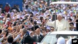 프란치스코 교황(오른쪽)이 16일 서울 광화문 광장에서 열린 순교자 시복식을 집전하기 위해 입장하고 있다.