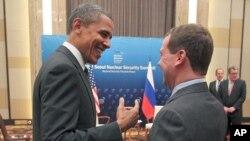 Tổng thống Hoa Kỳ Barack Obama (trái) và Tổng thống Nga Dmitry Medvedev trò chuyện sau cuộc họp song phuong bên lề hội nghị thượng đỉnh ở Seoul, Nam Triều Tiên