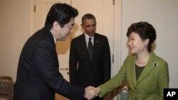 Tổng thống Nam Triều Tiên Park Geun-hye bắt tay Thủ tướng Nhật Bản Shinzo Abe. Tổng thống Obama đã đưa hai nhà lãnh đạo Nhật Bản và Nam Triều Tiên ngồi lại với nhau tại cuộc họp ở La Haye, ngày 25/3/2014.