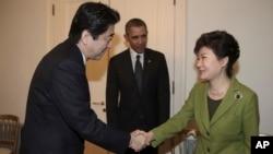 3月25日,南韓總統朴槿惠與日本首相安倍晉三握手,美國總統奧巴馬站在兩人身旁。美日韓三國領導人在荷蘭海牙舉行三邊峰會。