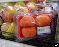 台北一家超市的红柿(比甜柿便宜)420克一盒35元,售价是民进党的水果月历上价格的二十多倍