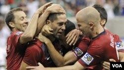 Penyerang AS Clint Dempsey (tengah) disambut rekan-rekannya setelah mencetak gol ke gawang Panama di semifinal Piala Emas CONCACAF, Rabu (22/6).