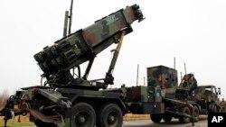 En esta foto de archivo de 2013 se ve una caravana de camiones militares holandeses transportan dos baterias de misiles Patriot en la base aérrea De Peel en Vreedepeel, sur de Holanda.