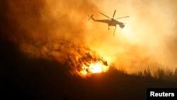 Con la ayuda de 19 helicópteros rocean sustancias retardantes el domingo en el centro de Idaho.
