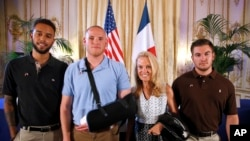 De izquierda a derecha: Anthony Sadler, aviador Spencer Stone, Embajadara Jane Hartley y guardia nacional Alek Skarlatos antes de una conferencia de prensa en la residencia de la embajadora Hartley en París.