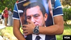Le 6 octobre 1981, Hosni Moubarak succède au président Anouar al-Sadate, assassiné par des islamistes au Caire. (H. El Rasam/VOA)