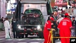 图片说明: 一名男子涉嫌5月18日开车冲进纽约市时代广场人行道撞人。纽约警方和调查人员事后把肇事车辆从现场移走。这次事件造成1名少女是死亡,20多人受伤。