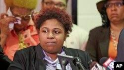 Photo d'archives: Samaria Rice, la mère de Tamir, un garçon de 12 ans abattu par un officier de police de Cleveland, prenant la parole lors d'une conférence de presse, 3 mars 2015 à Cleveland.