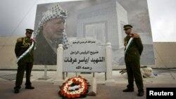 2007년 야세르 아라파트 전 팔레스타인 자치정부 수반의 추모일에 그의 무덤 앞을 지키고 있는 팔레스타인 치안 부대.
