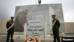 Jami'an tsaron Falasdinawa na gadin kushewar marigayi Yasser Arafat a Ramallah, Yammacin Kogin Jordan