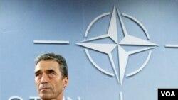 Sekjen NATO Jendral Anders Fogh Rasmussen memberikan sambutan dalam rapat NATO di Brussels (8/12).