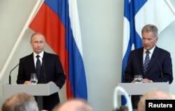 블라디미르 푸틴(왼쪽) 러시아 대통령이 27일 핀란드 사본린나에서 사울리 니니스퇴 대통령과 회담 후 공동기자회견을 열고있다.