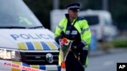 무장하고 총기 난사 사건 현장 주변을 지키는 뉴질랜드 경찰 (자료사진)