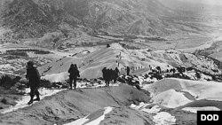 1951년 1월 3일 미 육군 19보병연대 병사들이 적의 전선과 진지를 찾기 위해 서울에서 북쪽으로 약 10마일 떨어진 눈 덮인 산을 넘고 있다.