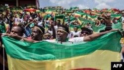 Les Ethiopiens agitent les drapeaux nationaux dans les rues d'Addis-Abeba, le 9 septembre 2018.