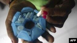 Žena zaražena HIV-om priprema lekove u kući za pacijente sa HIV virusom u Dažajpuri, u Indoneziji.