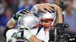 Thủ quân Tom Brady (trái) của đội New England Patriots và đồng đội ăn mừng chiến thắng.