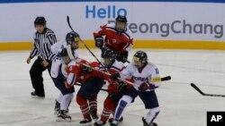 រូបឯកសារ៖ កីឡាការនីកូរ៉េខាងត្បូង (ឯកសណ្ឋានពណ៌ស) ប្រកួតជាមួយកីឡាការនីកូរ៉េខាងជើង ក្នុងការប្រកួត IIHF Ice Hockey ផ្នែកស្ត្រី នៅក្នុងទីក្រុង Gangneung ប្រទេសកូរ៉េខាងត្បូង កាលពីខែមេសា ឆ្នាំ២០១៧។