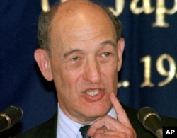 资料照:美国东亚问题著名学者、哈佛大学教授傅高义(Ezra Vogel)在东京的外国记者俱乐部讲话。(1999年6月17日)