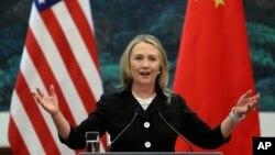 FILE - Ngoại trưởng Mỹ Hillary Clinton nói trong cuộc họp chung với Ngoại trưởng Trung Quốc Dương Khiết Trì tại Đại lễ đường Nhân dân ở Bắc Kinh.