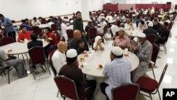 Warga Muslim di Amerika saat berbuka puasa di bulan Ramadan, bulan suci umat Islam, yang di negara bagian Illinois dijadikan Bulan Ramah Lingkungan (foto:dok).