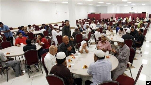 Berbuka dengan Muslim dari beragam latar belakang etnis dengan aneka masakan dari berbagai negara merupakan salah satu keunikan tradisi berpuasa di Amerika (foto: dok.).