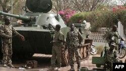 Tentara Mali melakukan penjagaan di depan Istana Presiden di Bamako (foto: dok). PBB mempertimbangkan pengiriman pasukan internasional untuk membantu Mali melawan pemberontak Islamis di Mali utara.