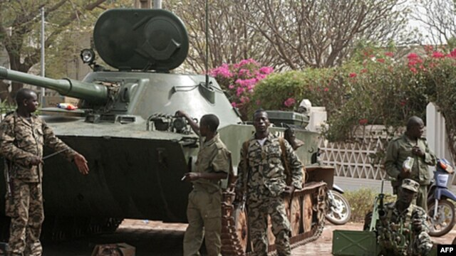 Soldiers outside the presidential palace in Bamako, Mali, on Friday after a military coup