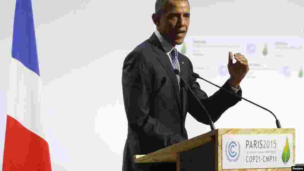 """Rais wa Marekani, Barack Obama, akihutubia katika ufunguzi wa mkutano wa Dunia wa mabadiliko ya hali ya hewa wa """"World Climate Change Conference 2015 (COP21)"""" mjini Le Bourget, karibu na Paris, Ufaransa, Novemba 30, 2015."""